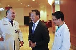 December 17, 2018 - Chicago, IL, USA - Oscar Munoz, center, CEO of United Airlines, who received a heart transplant in January 2016, chats with Dr. Allen Anderson, left, medical director of the Center for Heart Failure and Dr. Duc Thinh Pham, surgical director, Center for Advanced Heart Failure before a news conference at Northwestern Medicine Prentice Women's Hospital in Chicago on Monday, Dec. 17, 2018. (Credit Image: © Jose M. Osorio/Chicago Tribune/TNS via ZUMA Wire)