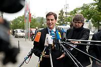 13 SEP 2010, BERLIN/GERMANY:<br /> David McAllister, CDU, Ministerpraesident Niedersachsen, beantwortet Fragen von Journalisten, vor Beginn der Sitzung des CDU Praesidiums, vor dem Konrad-Adenauer-Haus, der CDU Bundesgeschaeftsstelle<br /> IMAGE: 20100913-01-002<br /> KEYWORDS: Mikrofon, microphone