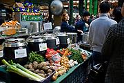Londyn, 2009-03-06. Stoisko z warzywami na targu żywność Brought Market