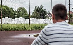 24.05.2015, Polizeidirektion, Salzburg, AUT, Zeltstadt fuer Fluechtlinge in Salzburg, im Bild ein Flüchtling am Basketball Platz blickt auf die Zelte // a refugee looks to the tent city at the sports ground of the Police Directorate, Salzburg, Austria on 2015/05/24. EXPA Pictures © 2015, PhotoCredit: EXPA/ JFK