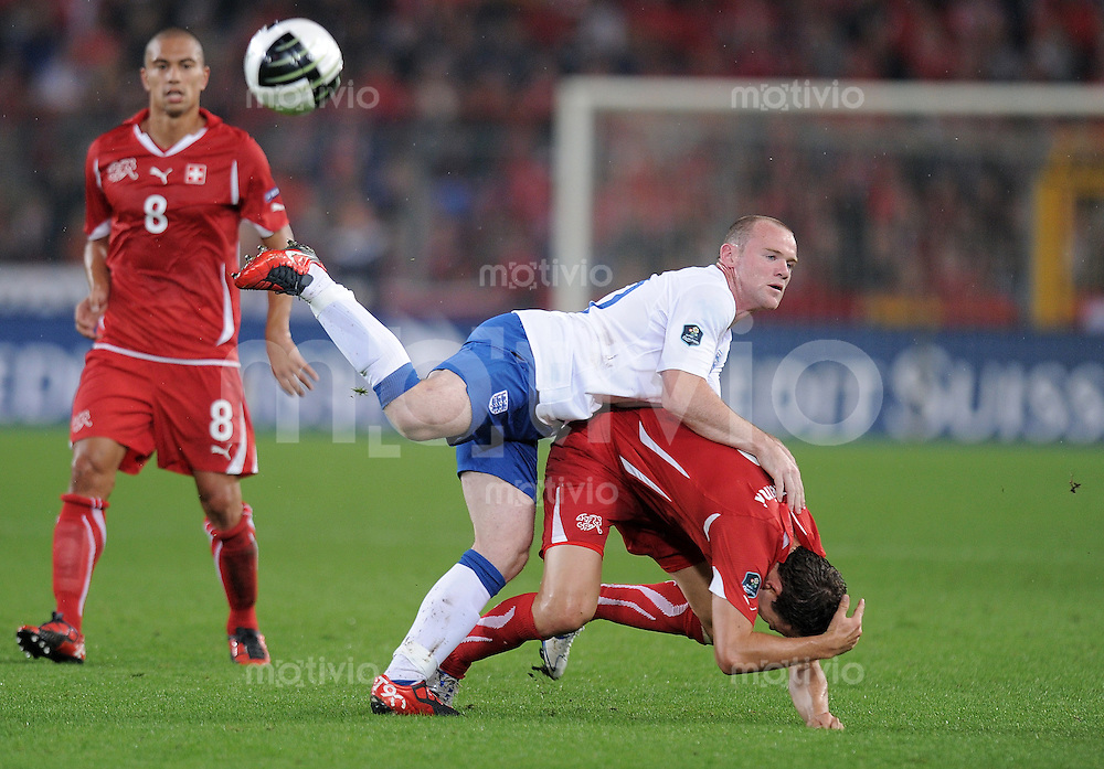 FUSSBALL INTERNATIONAL  EM 2012-Qualifikation  Gruppe A  07.09.2010 Schweiz - England Wayne ROONEY (li, England) gegen Stephan LICHTSTEINER (re, Schweiz)