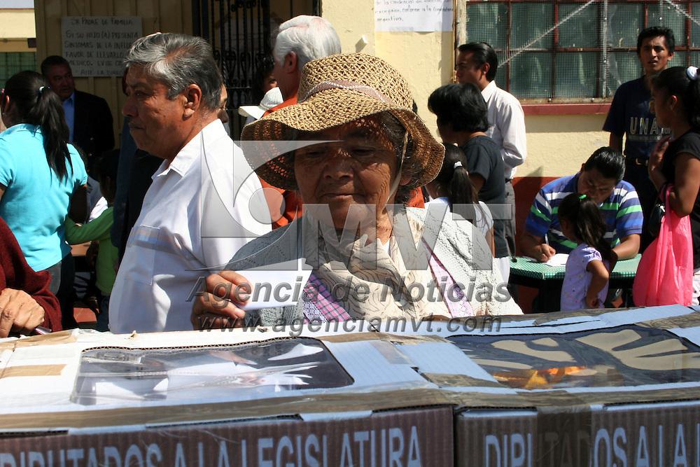 TOLUCA, México.- Sin incidentes se reporto el cierre de las elecciones de delegados y representantes municipales en los diversos ayuntamientos del Valle de Toluca. La imagen en la delegacion de Santa Ana Tlapaltitlan. Agencia MVT / Jose Hernandez. (DIGITAL)