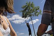 """""""Balade contée"""" dans le village de Mauchamps, Essonne, le 12 juin 2005, à l'initiative de Festival de Théatre """"Dedans-Dehors""""."""