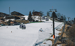 15.03.2020, Kaprun, AUT, Coronavirus in Österreich, im Bild eine Skipiste mit wenig Skifahrern und Skitourengeher und die Gondeln der MK Maiskogelbahn. Die Kapruner Gletscherbahnen stellen mit 15. März ihren Winter Betrieb zur Eindämmung der Verbreitung des Corona Virus ein // a skipist with less skiers and the gondels of the MK Maiskogelbahn. The Kaprun glacier lifts close their Ski Resort on March 15 ,in an effort to slow the ongoing spread of the coronavirus, Kaprun, Austria on 2020/03/15. EXPA Pictures © 2020, PhotoCredit: EXPA/Stefanie Oberhauser