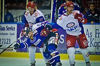 GET ligaen , <br /> Ishockey , <br /> 18.10.2011, <br /> Sparta Amfi , <br /> Sparta v Vålerenga , <br /> Henrik Ødegaard blir holdt igjen av Shay Stephenson og Blake Evans , <br /> Foto: Thomas Andersen