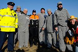 31-01-2009 VELDRIJDEN: WK BELOFTEN: HOOGERHEIDE<br /> Supporters veldrijden politie<br /> ©2009-WWW.FOTOHOOGENDOORN.NL
