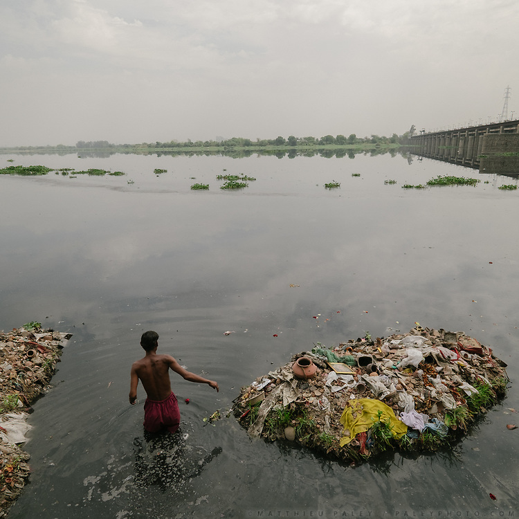 Nazir collects and recycles religious garbage. By the ITO bridge, people come to offer prayers at the Yamuna river, a holy river to Hinduism. At the point, having received over 15 untreated sewer drains, the Yamuna is essentially a dead river.