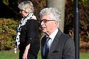 Uitvaart van Koos Alberts nemen afscheid van de zanger in crematorium Amersfoort. De populaire volkszanger overleed op 71-jarige leeftijd aan de gevolgen van blaaskanker. <br /> <br /> Op de foto:  Jacques d'Ancona