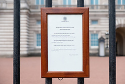 © Licensed to London News Pictures. 09/04/2021. London, UK. A sign outside Buckingham Palace announces of the death of the DUKE OF EDINBURGH PRINCE PHILIP. He was 99 years old and had spent final days at Windsor with Queen after a 28-night stay in hospital for an infection and heart condition. Photo credit: Ray Tang/LNP