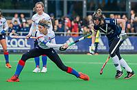 AMSTELVEEN - Carlien Dirkse van den Heuvel (SCHC) met Frederique Malefason (Pinoke) tijdens de competitie hoofdklasse hockeywedstrijd dames, Pinoke-SCHC (1-8) . COPYRIGHT KOEN SUYK