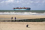 Nederland, Breskens, 5-9-2019 Een groot containerschip van rederij Maersk is via de Westerschelde op weg naar de haven van Antwerpen . Zeeland, zeeuwse,kust, containervervoer,handel,wereldhandel,sancties,economische, containertransport, consumptie, koopgedrag, consumptiegoederen .Foto: Flip Franssen