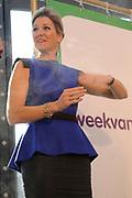 Koningin Maxima opent Week van het Geld in Beeld en Geluid, Hilversum. Het doel van deze week is om basisschoolleerlingen te leren omgaan met geldzaken. /// Queen Maxima opens the Money Week in Sound and Vision, Hilversum. The purpose of this week is to learn how to deal with money matters. Elementary school students<br /> <br /> Op de foto / On the photo:   Koningin Maxima verricht de officiële opening door een kluis dicht te duwen. ///// Queen Maxima performed the official opening by pushing a vault