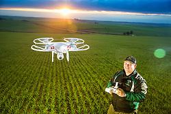 O produtor rural Rogério Ceolin, que usa um drone para fazer monitoramento dos 6 mil hectares de lavouras que a família cultiva na localidade de Santa Tecla, há 400Km de Porto Alegre. FOTO: Jefferson Bernardes/ Agência Preview