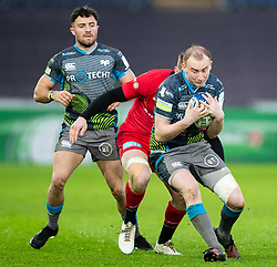 Luke Price of Ospreys under pressure from Nick Tompkins of Saracens<br /> <br /> Photographer Simon King/Replay Images<br /> <br /> European Rugby Champions Cup Round 5 - Ospreys v Saracens - Saturday 11th January 2020 - Liberty Stadium - Swansea<br /> <br /> World Copyright © Replay Images . All rights reserved. info@replayimages.co.uk - http://replayimages.co.uk