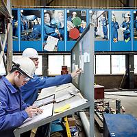 Nederland, Ijmuiden , 28 april 2010..Een instructiebord voor de buitenlandse werknemers van Cofely..Cofely levert innovatieve, state-of-the-art oplossingen in de werktuigbouw, elektrotechniek en automatisering voor de industrie. Cofely provides innovative, state-of-the-art solutions in mechanical, electrical and automation industry.