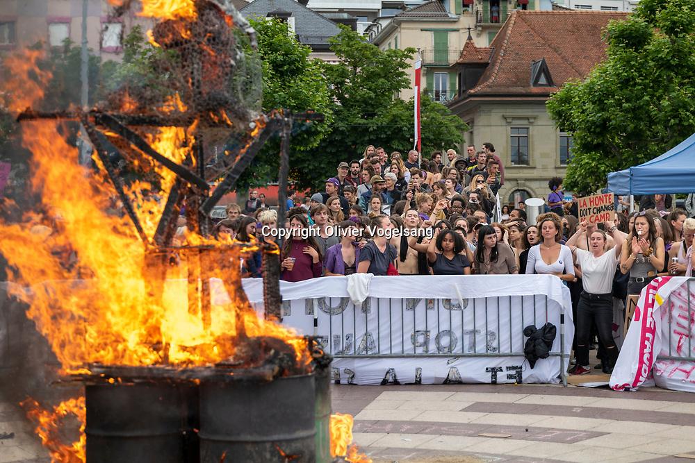 Lausanne, 14 juin 2020. 1 an après le 14 juin 2019 et la grève des femmes. Anniversaire et revendications toujours identiques. Le patriarcat en forme de bonhomme de paille a traversé la ville avant de brûler sur le quai à Ouchy. © Olivier Vogelsang