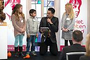 Koningin Máxima  bij de uitreiking van de Kind Centraal award van Stichting Vergeten Kind. De prijs ging dit jaar naar de opvanglocatie Kompaan en De Bocht in Goirle. de award gaat naar een opvanglocatie, initiatief, groep, persoon of fondsenwervende activiteit die zich buitengewoon inzet voor vergeten kinderen.<br /> <br /> <br /> Queen Máxima at the presentation of the Central Child Award Foundation Forgotten Child. The prize this year went to the reception center Kompaan and The Curve in Goirle. The award goes to a reception center, initiative, group, person or fundraising activity that extraordinary commitment to forgotten children.<br /> <br /> op de foto / On the photo: <br /> <br />  Dinand Woesthoff