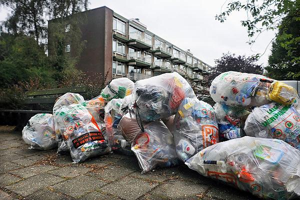 Nederland, Ubbergen, 15-9-2009Zakken met plastic afval liggen op straat om opgehaald te worden.Foto: Flip Franssen/Hollandse Hoogte