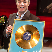 NLD/Amsterdam/20140305 - Radio 5 Nostalgia hommage Wim Sonneveld, Tony Neef met gouden plaat