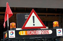 03-04-2006 WIELRENNEN: COURSE DOTTIGNIES: BELGIE<br /> De bezemwagen - wielren item<br /> ©2006-WWW.FOTOHOOGENDOORN.NL