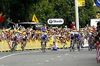 Sykkel<br /> Tour de France 2004<br /> 2. etappe<br /> 05.07.2004<br /> Foto: PhotoNews/Digitalsport<br /> NORWAY ONLY<br /> <br /> CHARLEROI - NAMUR<br /> <br /> Det dramatiske fallet som sendte Kurt-Asle Arvesen i bakken rett før mål.