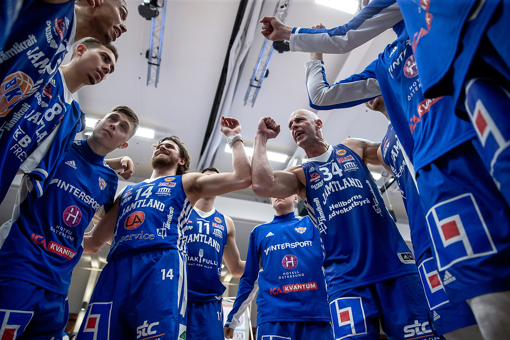 ÖSTERSUND 20211007<br /> Jubel efter segern i torsdagens match i basketligan mellan Jämtland Basket och Norrköping Dolphins.<br /> Foto: Per Danielsson / Projekt.P