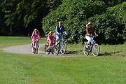 Koninklijke fotosessie 2012 in Wassenaar.<br /> <br /> Op de foto:  Prins Willem-Alexander en prinses Máxima met hun dochters Ariane , Amalia en Alexia
