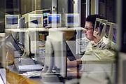 Nederland, Nijmegen, 9-5-2003Systeem beheerder achter de computer, reflectie in glas,bij het universitait centrum informatievoorziening, rekencentrum, van de universiteit. automatisering.Foto: Flip Franssen/Hollandse Hoogte