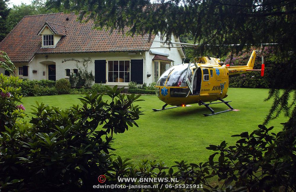 Vrouw uit raam gevallen Noord Crailoseweg 25 Huizen, traumaheli in tuin