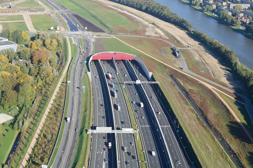 Nederland, Utrecht, Utrecht, 24-10-2013;<br /> Rijksweg A2 en de zuidelijke ingang van de  Leidsche Rijntunnel, een landtunnel die de verkeersoverlast, luchtvervuiling en geluidsoverlast voor Utrecht en de Vinexwijk Leidsche Rijn moet verminderen. Rechts het Amsterdam-Rijnkanaal  met de stad Utrecht. Stadsbaan links van de tunnel.<br /> Roadway A2 and the southern entrance to the tunnel Leidsche Rijn, a landtunnel built to decrease the nuisance of traffic noise and air pollution for the city of Utrecht and the suburb Leidsche Rijn . Right the Amsterdam-Rhine Canal and the city of Utrecht.<br /> luchtfoto (toeslag op standaard tarieven);<br /> aerial photo (additional fee required);<br /> copyright foto/photo Siebe Swart.