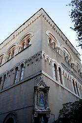 Angolo con piccola cappella votiva della chiesa del Sacro Cuore di Gesù a Gallipoli (LE)