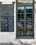 Wyludnione, opustoszałe ulice Krakowskiego Kazimierza, zazwyczaj tętniącgo życiem turystycznego centrum Krakowa. Pozamykane obiekty gastronomiczne oferują tylko dania na wynos.