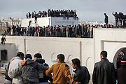 impressionant hommage du peuple Tunisien à Chokri Belaid au cimetière de Jallez, bravant le gaz lacrimogène, plus de 40.000 personnes lui rendent un hommage ce 8 fevrier 2013 et manifestent au même moment contre la violence politique en Tunisie et contre Ennarda
