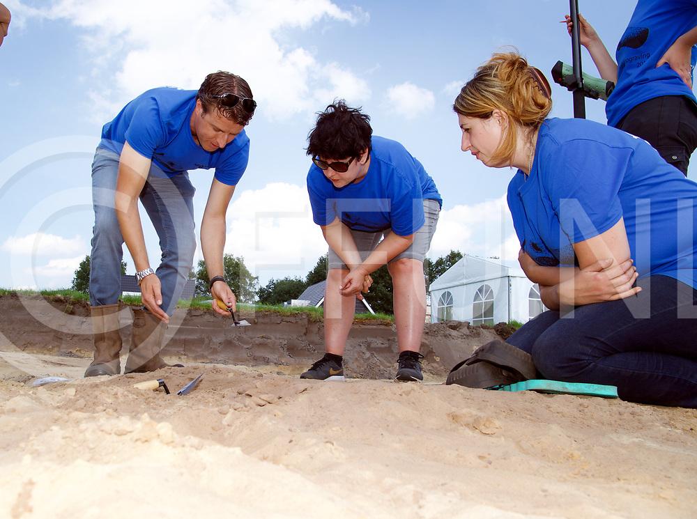 DALFSEN -Archeologisch onderzoek<br /> Foto:  Archeoloog Niels Bouma (l) bij de eerste resten van een crematorium.<br /> FFU Press Agency copyright Frank Uijlenbroek