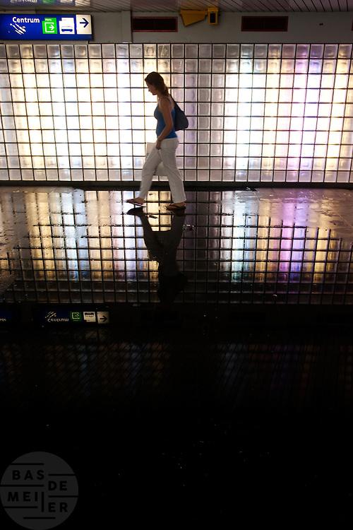 Wateroverlast in de voetgangerstunnel op station Utrecht Centraal Station na een noodweer