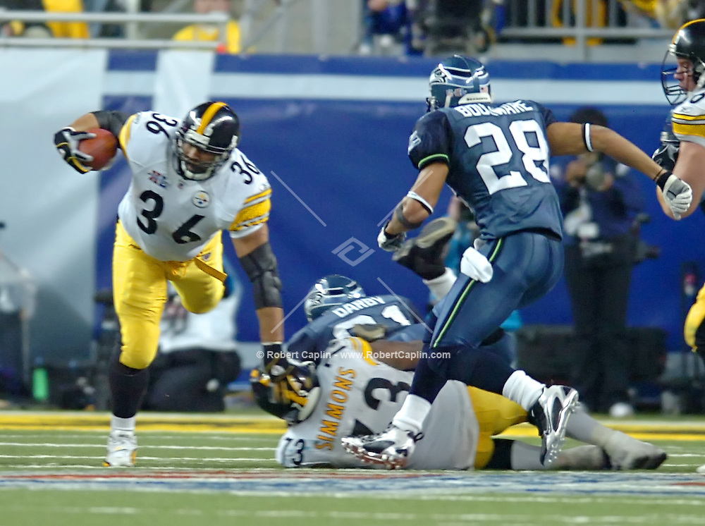 Detroit's Jerome  Bettis runs down-field in the 4th quarter of Super Bowl XL,  2/5/06. (Robert Caplin For The New York Times)..
