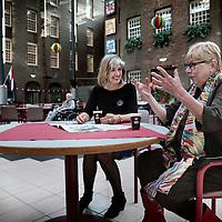 Nederland, Amsterdam , 23 april 2015.<br /> Hetti Willemse (l) en Tineke van den Klinkenberg recenseren verpleeg en verzorgingstehuizen voor hun site.<br /> Op de foto zitten de 2 dames in de centrale hal van het Sarphatihuis te bespreken wat er allemaal nog verbeterd kan worden.<br /> Foto:Jean-Pierre Jans
