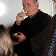 NLD/Blaricum/20100304 - Opening Vrouw Moeder Kind Centrum in Tergooiziekenhuis Blaricum, vader Chris Bauer eet een appeltje