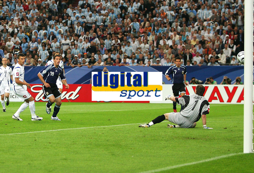 1:0 Tor Torschuetze Maxi Rodriguez Argentinien , v.l. Milan Dudic, Roldriguez, Torwart Dragoslav Jevric<br /> Fussball WM 2006 Argentinien - Serbien Montenegro<br /> Argentina - Serbia Montenegro<br />  Norway only