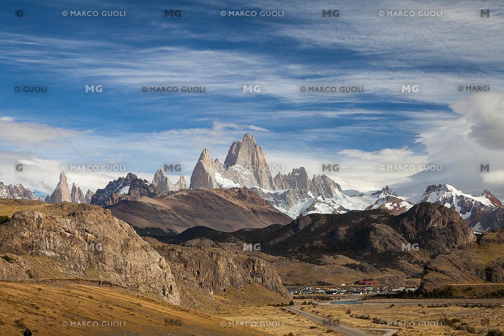 MACIZO DEL CERRO FITZ ROY O CHALTEN (3.405 m.s.n.m.) Y DEL CERRO TORRE (3.130 m.s.n.m.) Y POBLADO DE EL CHALTEN, PARQUE NACIONAL LOS GLACIARES, PROVINCIA DE SANTA CRUZ, PATAGONIA, ARGENTINA (PHOTO © MARCO GUOLI - ALL RIGHTS RESERVED)