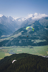 THEMENBILD - Tandem Paragleiter im Flug in den Bergen des Pinzgaus, aufgenommen am 30. Juli 2020, Zell am See, Österreich // Tandem paragliding in flight through the mountains of the Pinzgau on 2020/07/30, Zell am See, Austria. EXPA Pictures © 2020, PhotoCredit: EXPA/ JFK