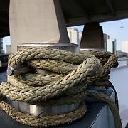 Nederland Rotterdam 11 maart 2009 20090311 Foto: David Rozing ..Touw, aanmeren, op de achtergrond de boompjes en voet van erasmusbrug. Rope, nautique..Foto: David Rozing