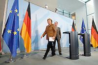 10 JAN 2007, BERLIN/GERMANY:<br /> Angela Merkel (L), CDU, Bundeskanzlerin, und Franz Muentefering (R), SPD, Bundesarbeitsminister, nach Ende einer Pressekonferenz zu den Ergebnissen der vorangegangenen Kabinettsitzung, Bundeskanzleramt<br /> IMAGE: 20070110-01-031<br /> KEYWORDS: Franz Müntefering, auf dem Weg