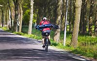 ZAANDAM - Open Golfdagen Zaanse Golf Club. Op de fiets met golftas op weg naar de golfbaan. COPYRIGHT KOEN SUYK