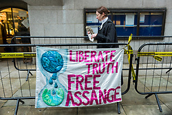 """© Licensed to London News Pictures. 04/01/2021. LONDON, UK. A judge passes a sign as they enter the Old Bailey Central Criminal Court where the ruling is being made inside on the extradition trial of Julian Assange, Wikileaks founder.  Mr Assange has been charged by the United States' Espionage Act of """"disclosing classified documents related to the national defence"""".  Photo credit: Stephen Chung/LNP"""