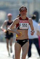 15-04-2007 ATLETIEK: FORTIS MARATHON: ROTTERDAM<br /> In Rotterdam werd zondag de 27e editie van de Marathon gehouden. De marathon werd rond de klok van 2 stilgelegd wegens de hitte en het grote aantal uitvallers / Wendy Jones ENG krijgt eindelijk haar verfrissing en vocht - item hitte warmte water bij de marathon<br /> ©2007-WWW.FOTOHOOGENDOORN.NL