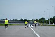 Jan Bos is gevallen met de VeloX2, na een technisch probleem met de fiets. Het Human Power Team Delft en Amsterdam (HPT) traint op de RDW baan in Lelystad met de VeloX2 voor de recordpoging in september. Het HPT hoopt dan in Amerika meer dan 133 km/h te rijden over 200 meter.<br /> <br /> Jan Bos crashes after a technical failure of the VeloX2. Human Powered Team Delft and Amsterdam (HPT) is training at the RDW test track in Lelystad with the VeloX2 for the record attempt in september.