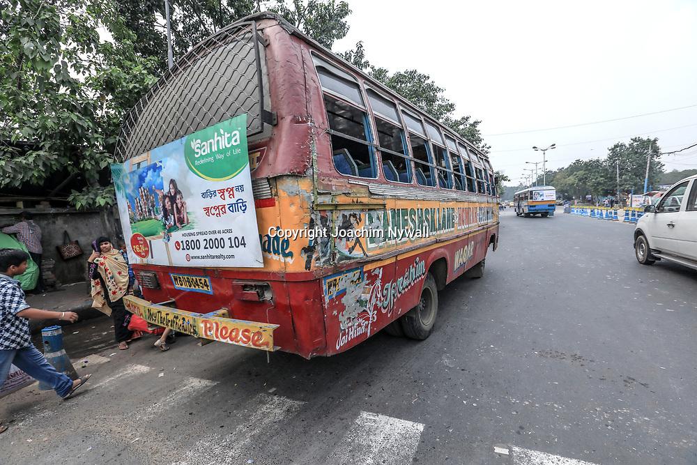 20171029 Kolkata Calcutta Indien<br /> En av många slitna bussar i Kolkata<br /> <br /> ----<br /> FOTO : JOACHIM NYWALL KOD 0708840825_1<br /> COPYRIGHT JOACHIM NYWALL<br /> <br /> ***BETALBILD***<br /> Redovisas till <br /> NYWALL MEDIA AB<br /> Strandgatan 30<br /> 461 31 Trollhättan<br /> Prislista enl BLF , om inget annat avtalas.