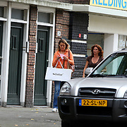 NLD/Amsterdam/20070818 - Barbara Barend en partner Floor hebben kleding opgehaald bij de naaister