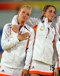 22-08-2008 HOCKEY: OLYMPISCHE SPELEN FINALE CHINA - NEDERLAND: BEIJING <br /> Nederlands dames hockey elftal Olympisch kampioen 2008 - Sophie Polkamp, Ellen Hoog - vrienschap<br /> ©2008-FotoHoogendoorn.nl